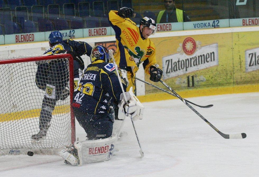 Ústečtí hokejisté (modří) doma prohráli se Šumperkem 3:4 po nájezdech.