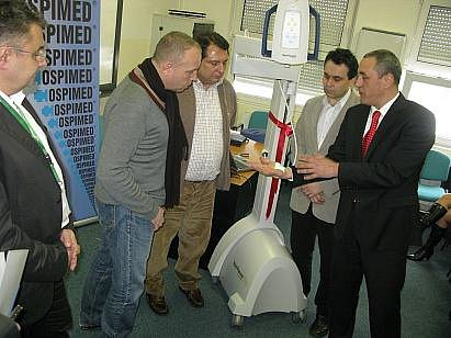 Martin Kaloš, zástupce firmy Hospimed, s. r. o., která ústecké Masarykově nemocnici přístroj darovala, práci s ním přítomným ihned ukázal.