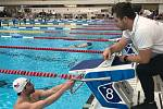 Plavec Ústecké akademie plaveckých sportů na závodech ve švédském Stockholmu. Vpravo trenér Jan Kreník.