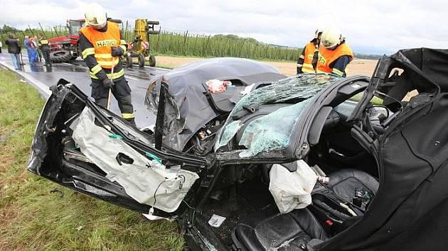 Nehoda traktoru a osobního vozu BMW u železničního přejezdu u obce Liběšice.