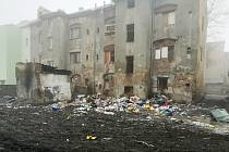 Vnitroblok Sklářské ulice v Předlicích je už pověstný opakovaným hromaděním odpadků. Tak to tam vypadalo v únoru 2019, půl roku po velkém úklidu