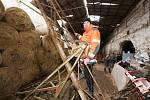 Zemědělskou halu, kde měli ustájená zvířata poškodila vichřice střechu tak, že se musí udělat nová. Nemají kde ustájit zvířata a střecha bude stát hodně peněz.