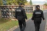Ústečtí strážníci kontrolují hřbitovy.