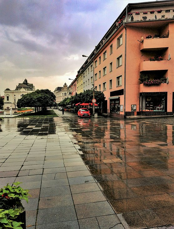 Ústecký fotograf Martin Vodňanský si oblíbil snímky zachycující dominanty města nad Labem v odrazu kaluže. Říká jim loužovky. Na snímku je pohled na Lidické náměstí s divadlem.