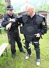 S protiúderovým štítem, speciálními chrániči a v přilbě jsem několik hodin absolvoval výcvik těžkooděnců z pořádkové jednotky litvínovských strážníků.
