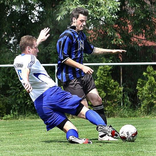 Fotbalisté Chuderova (modro-černí) doma podlehli Srbicím 2:4.