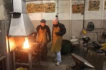 Ve speciální kožené zástěře a v rukavicích jsem se v kovářské dílně podbořanské školy a učiliště stal na jeden den kovářským učněm. S mistrem Michalem Žádným jsem tvaroval skobu do trámů.