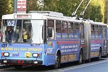 Zda přestane dopravní podnik s přelepováním oken, proti čemuž protestovali někteří cestující, to zatím neřeší.