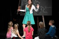 Jolana Smyčková jako učitelka s dětmi.