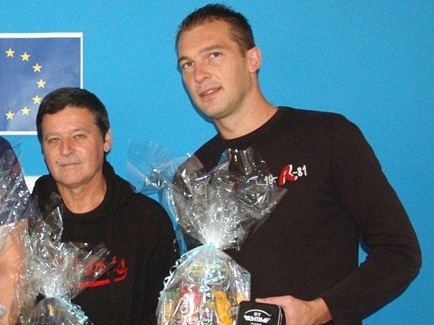 Michal Gabriel (vpravo) s cenami pro vítěze Tip ligy.