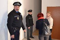 Velkou kontrolu ústeckých ubytoven provádějí úředníci magistrátu ve spolupráci s hygieniky, hasiči a policií.