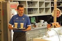 Fotbalisté Army roznášeli kávu v Cafe In.