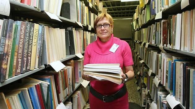 Depozitář Severočeské vědecké knihovny praská ve švech. Nejen, že není už kam ukládat knihy, mnohem kritičtější je situace s ukládáním časopisů. Média totiž knihovně musejí zasílat povinné výtisky. Na snímku Ludmila Makovská kontroluje uložení tiskovin.