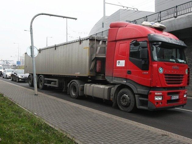 Kamion uvázl ve viaduktu pod Větruší.