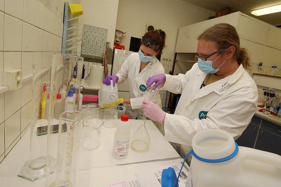 Univerzita Jana Evangelisty Purkyně v Ústí nad Labem vyrábí v malém množství dezinfekční přípravek, který poputuje pro záchranáře.