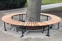 Nová atypická lavička v parku naproti soudu rozšířila mobiliář Střekova.