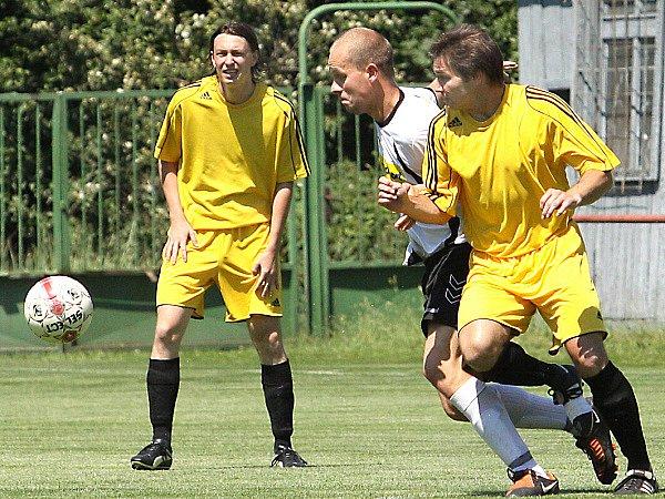 Fotbalisté Střekova (žluté dresy) doma porazili Trmice vysoko 5:1.