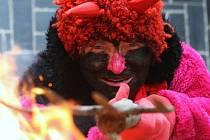 Bedřiška Kulhavá s manželem si během mikulášských pochůzek nalít kořalku na zahřátí nenechají.