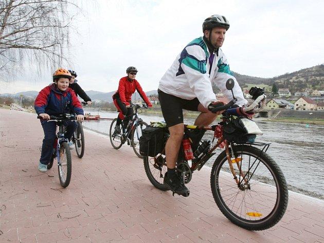 Cyklisté na Labské stezce.