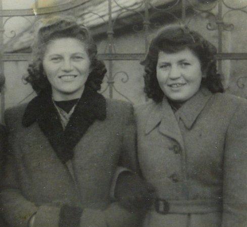 Cecilia Kleinová (vpravo) se sestrou Růženou.