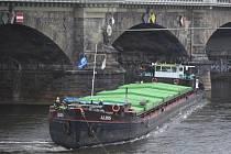 V Drážďanech se 21. března podařilo uvolnit českou nákladní loď Albis (na snímku), která týden blokovala dopravu na Labi.