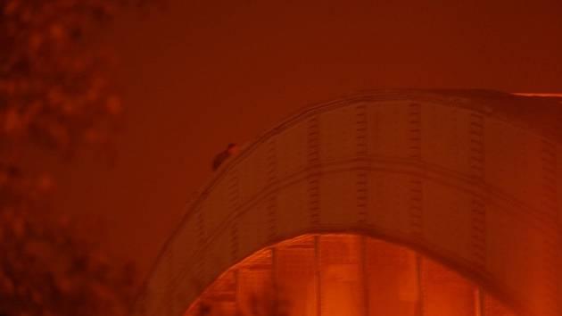 Na mostní oblouk Benešova mostu vyšplhal údajný sebevrah. Ilustrační foto