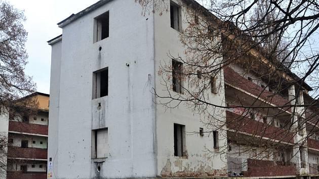 Chystá se demolice zdevastovaných objektů v Matiční ulici.