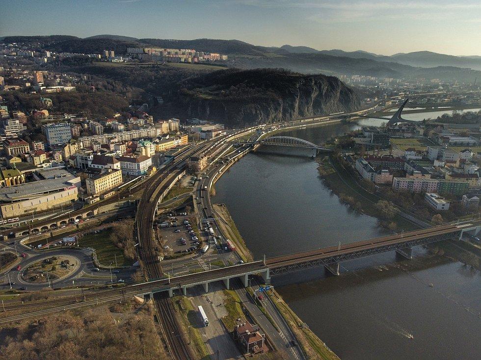 Podívejte se, jak vypadá krajské město z ptačí perspektivy. Na snímku je řeka Labe s Mariánskou skálou.