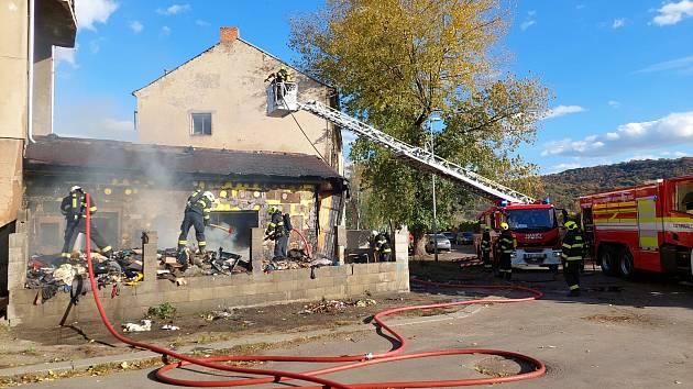 V Ústí hořel železniční domek. Hasiči museli použít výškovou techniku