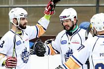 Hokejbalisté Elby DDM se radují z branky v síti soupeře.