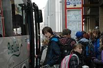 Takto nastupovaly děti do autobusu na nové zastávce.