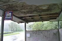 Příštřešek na zastávce Zahradnický podnik v srpnu 2011. Tohle je životu bezpečné?