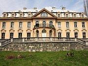 Velkorysá palácová vila průmyslníka Schichta postavená v neobarokním slohu v roce 1931.