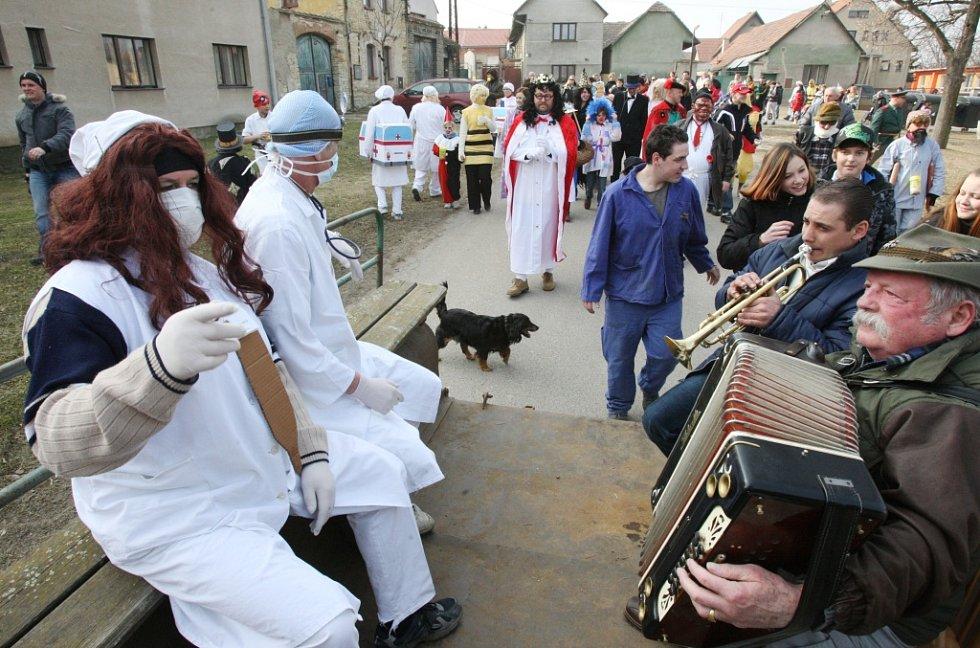 Masopust, který navštěvují lidé z celého Podřipska, tady patří k velkým svátkům.