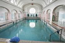 Chloubou Městských lázní je devatenáctimetrový bazén ohřívaný termálním vrtem.