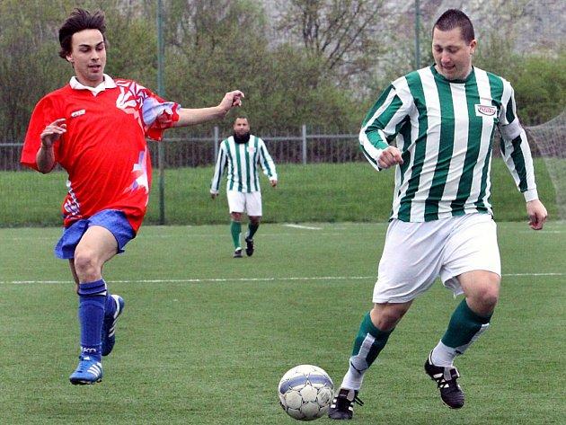 Fotbalisté Ravelu (pruhovaní) porazili Valtířov 3:1.