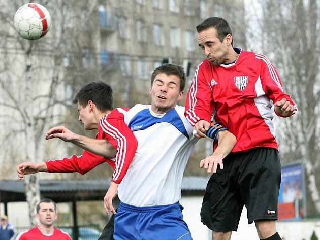 Fotbalisté Chlumce (červení) skončili v uplynulé sezoně 1.B třídy devátí.