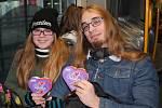 Dopravní podnik města Ústí nad Labem na sv. Valentýna rozdal 300 čokoládových srdcí cestujícím.