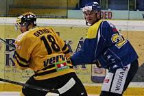 Čtyřicátník Jan Alinč (vpravo) by měl táhnout ústecké hokejisty.