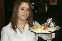 Jako každý čtvrtek se v restauraci Sport Pub Zlatopramen na zimním stadionu vařilo podle čtenářů Ústeckého deníku. Na snímku učenka oboru číšník – servírka Kristýna Vybíralová.