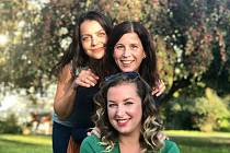 Tři dámy z Klíše zvelebují parky a ulice.