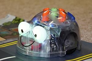 Děti ze základních škol se během letních prázdnin naučí na příměstských táborech UJEP rozpohybovat robotickou včelku nebo programovatelné robotické postavičky z lega.