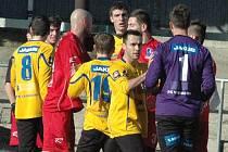 Ústečtí fotbalisté (červení) prohráli s Varnsdorfem 0:1. Utkání bylo ukončeno v 84. minutě.