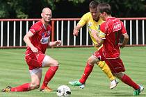 Ústečtí fotbalisté (červení) porazili v Modré u Děčína celek Sokolova 2:0.
