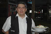 Na mexickém guláši od čtenářky Anny Scheuflerové si pochutnal nejeden návštěvník restaurace Sport pub Zlatopramen na zimním stadionu. Na snímku číšník Pavel Kanca nestačil menu servírovat.
