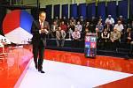 Otázky Václava Moravce probehly v ústecké sportovní hale Sluneta bez obvyklého pískotu a bucení. Na debatu mohlo jen nekolik desítek vybraných, prošli predtím dukladnou kontrolou.