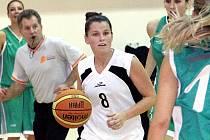 Basketbalistky Ústí (bílé dresy) doma porazily Most 66:46.