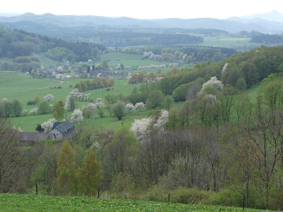 Pohled z Čihadníku uchvacuje dnes dalekými vrcholky kopců a na jaře krásou rozkvetlých třešní.