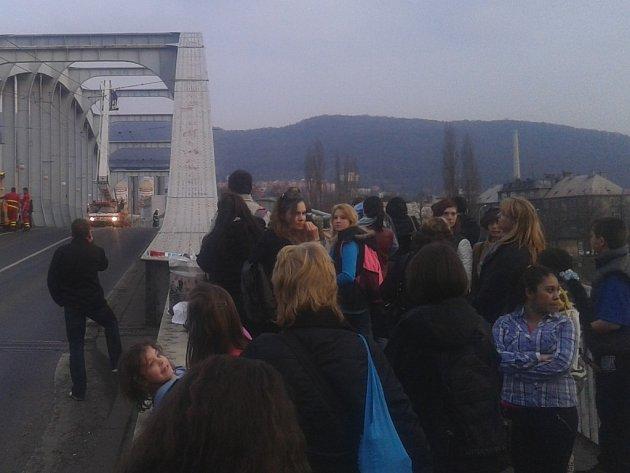 Muž vyhrožující sebevraždou zablokoval dopravu na mostě Edvarda Beneše.
