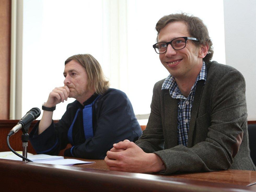 Herec Jiří Maryško u ústeckého okresního soudu.